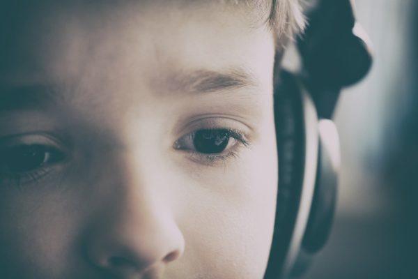 オーディオブックを聴く少年