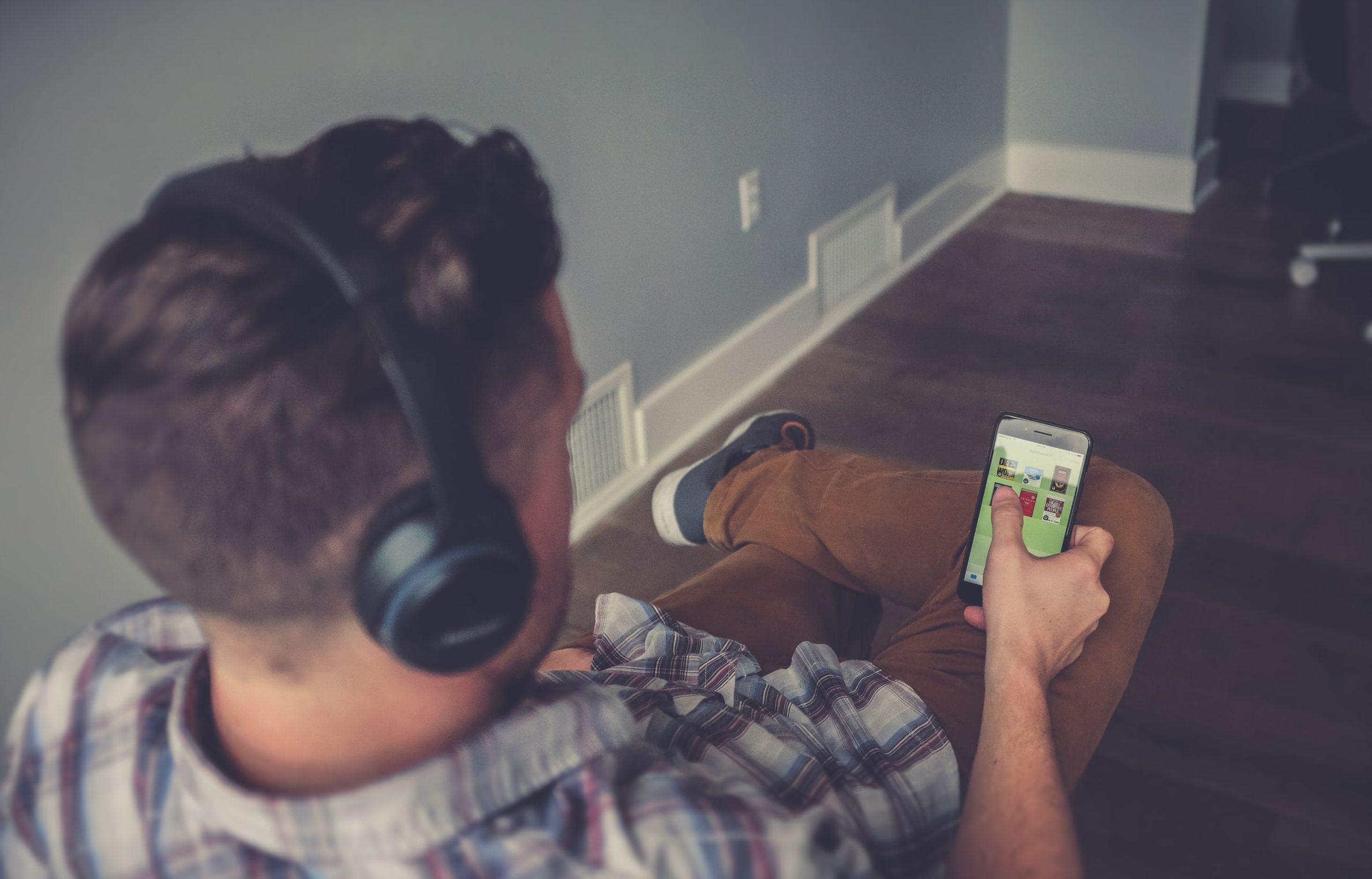 オーディオブックを聴く男性